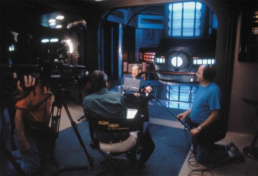 Hawking y el motor warp del USS Enterprise detrás