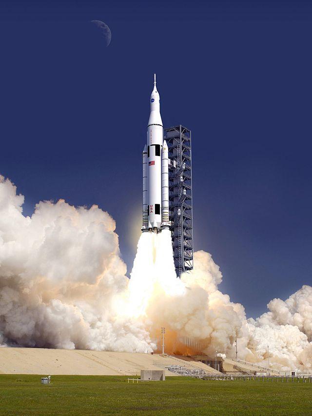 Imagen artística del vehículo Orión con el vector de lanzamiento SLS