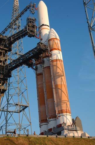 Vector pesado Delta IV en la plataforma de lanzamiento